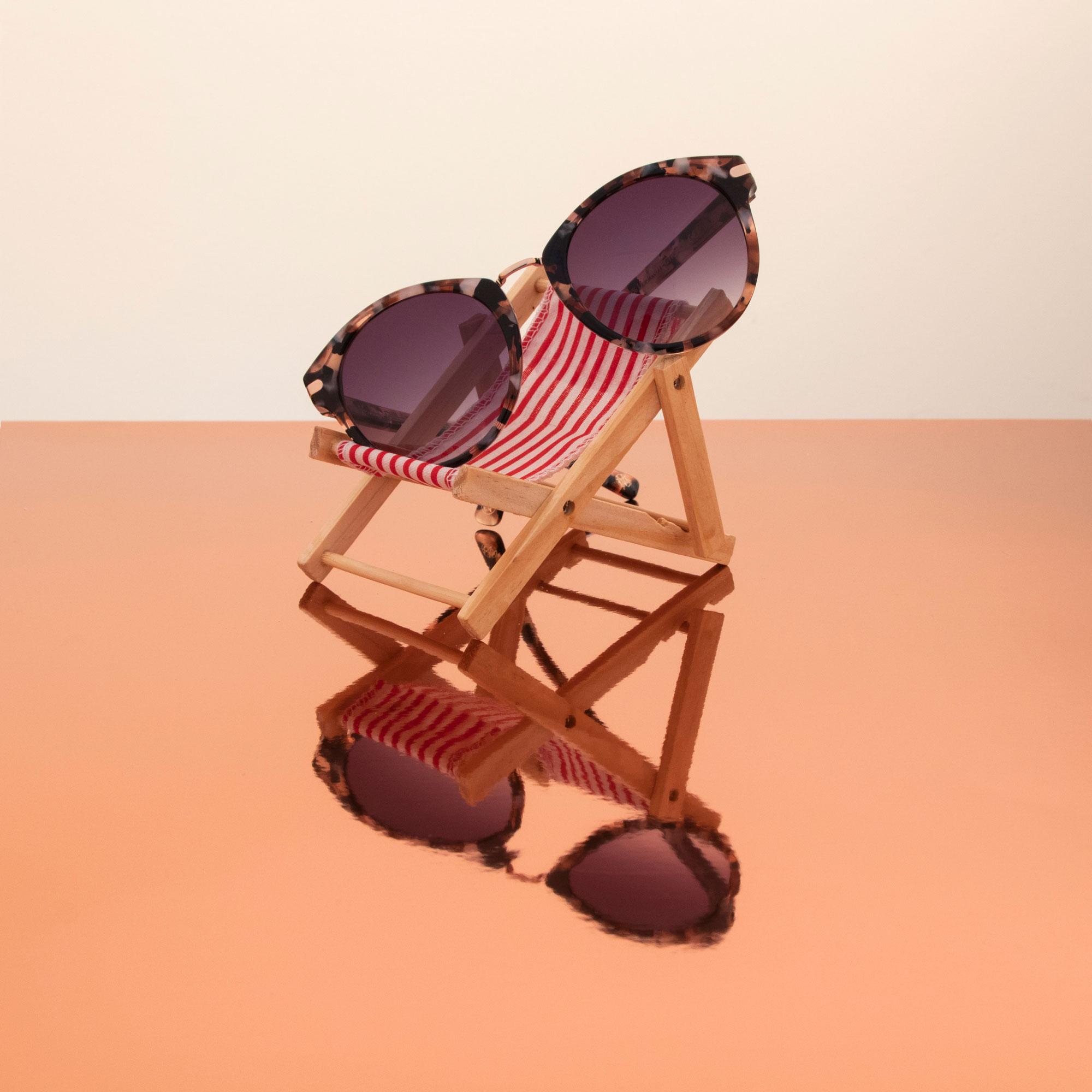 perlavankessel_sunbathing_sunglasses_opt